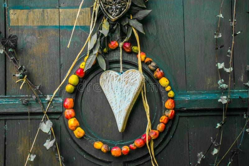 Шкентель сделанный деревянного сердца и высушенных яблок как символ влюбленности стоковые изображения
