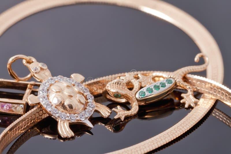Шкентели золота в форме черепах и саламандров стоковое изображение