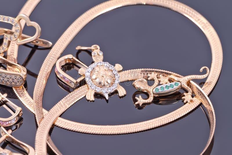 Шкентели золота в форме черепах и саламандров стоковые изображения