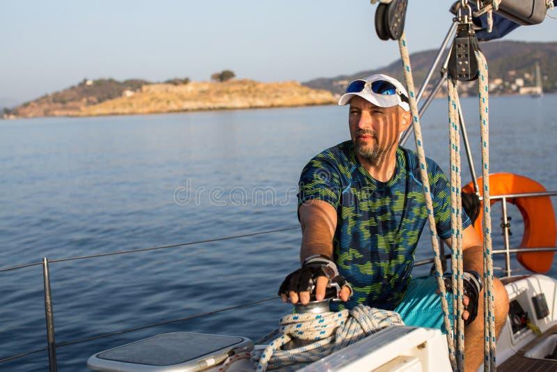 Шкипер на его яхте ветрила sailing стоковая фотография rf
