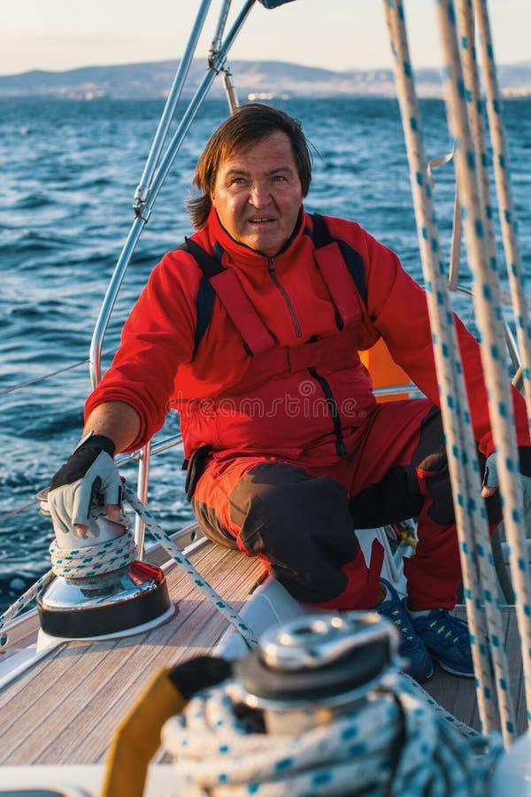 Шкипер на управлениях кормила яхты плавания Спорт стоковое фото rf