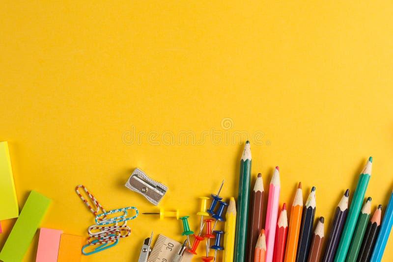 Школа и взгляд сверху поставки канцелярских принадлежностей дела стоковая фотография