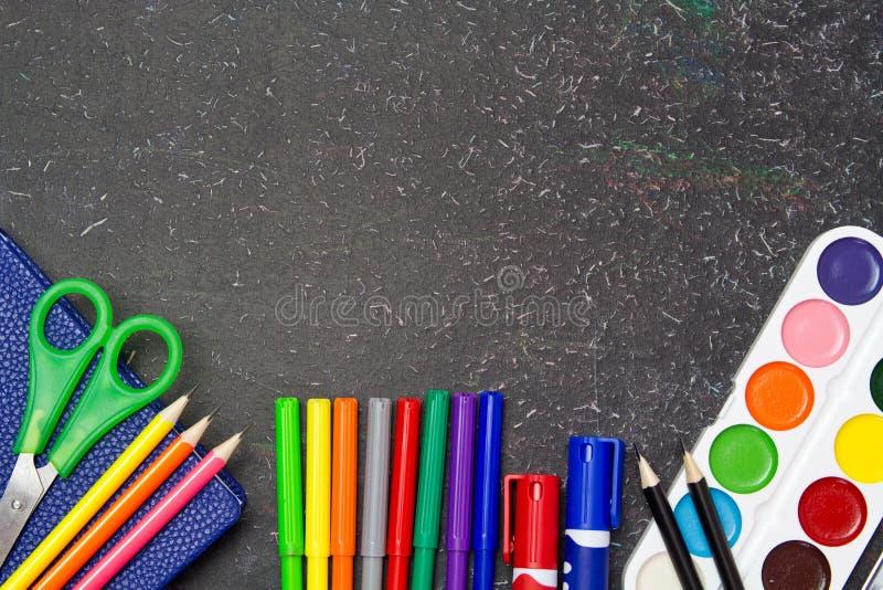Школа и канцелярские товары на классн классном stationery стоковые фото