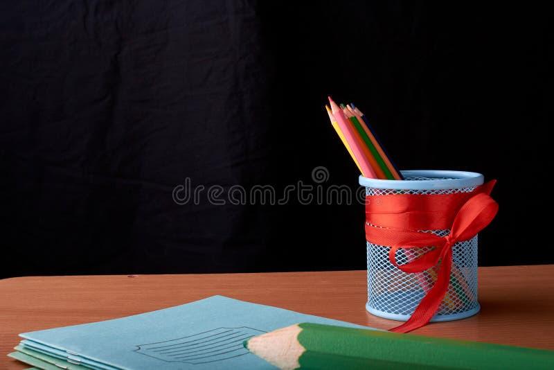 Школа и канцелярские товары на таблице класса перед классн классным Взгляд с космосом экземпляра стоковые фотографии rf