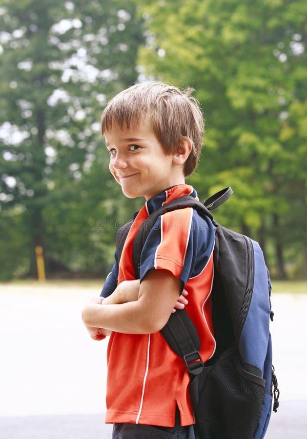 школа мальчика идя к стоковые фото