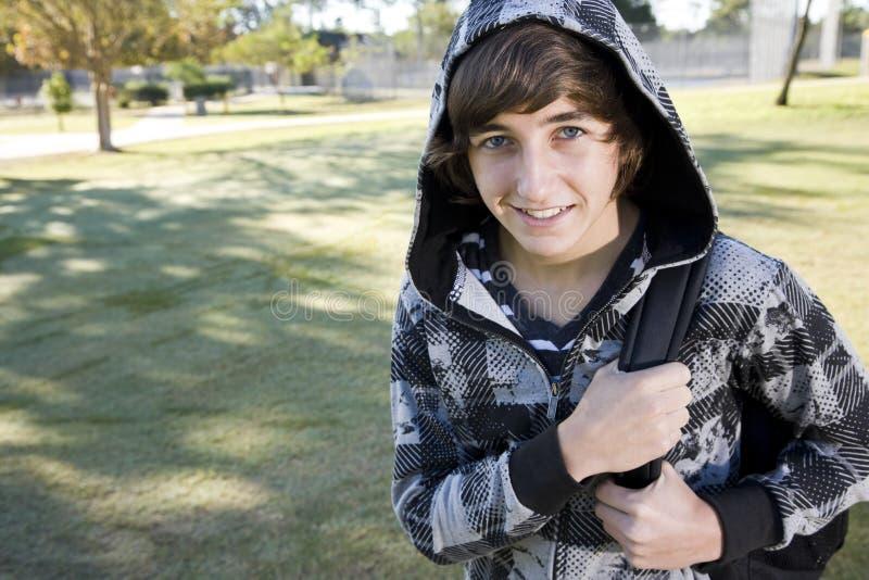 школа мальчика backpack подростковая стоковое фото rf