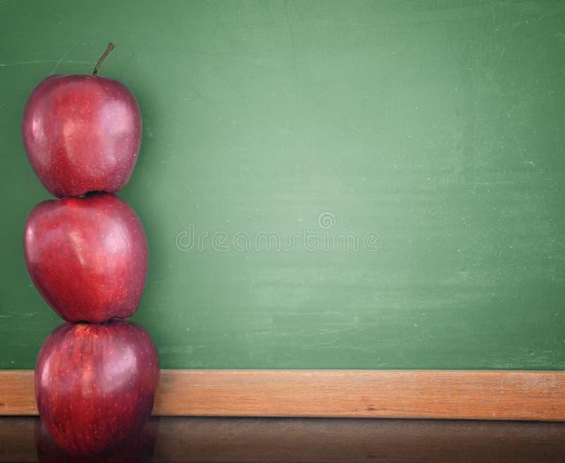школа образования chalkboard яблок стоковое фото rf