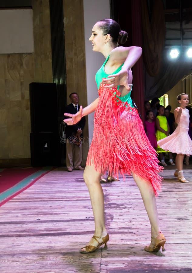 Школа танцев Зрачки принимают экзамены Мальчики и девушки в красивых костюмах танца на этапе стоковая фотография