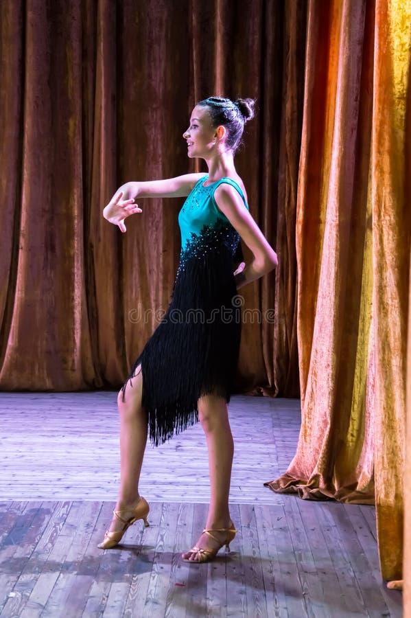 Школа танцев Зрачки принимают экзамены Мальчики и девушки в красивых костюмах танца на этапе стоковое изображение rf