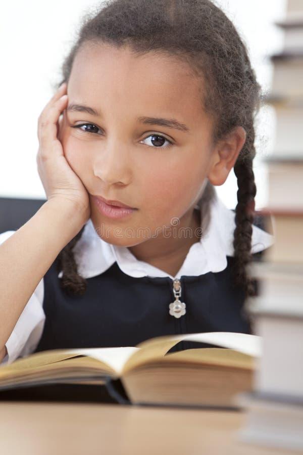 школа чтения девушки книги афроамериканца стоковая фотография