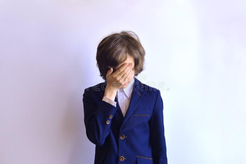 Школьник в отчаянии Школьник плачет стоковое изображение rf