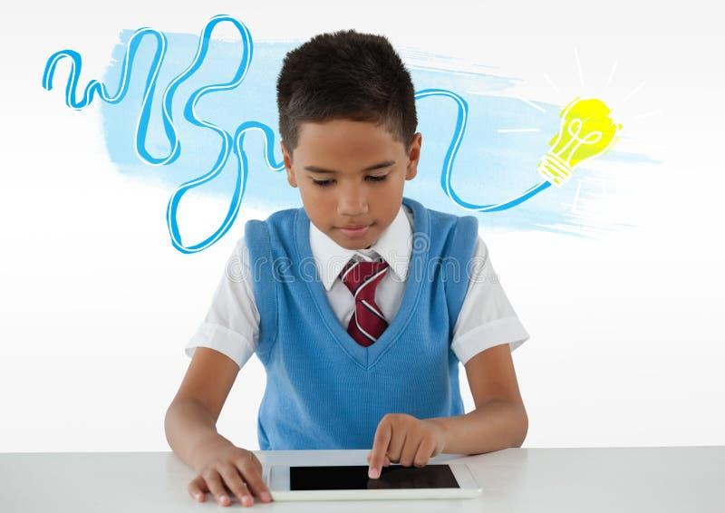 Школьник на таблетке с красочным doodle электрической лампочки идеи стоковое изображение