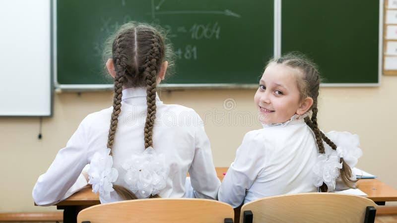 Школьница девушки смотрит назад смотрящ назад стоковое изображение rf