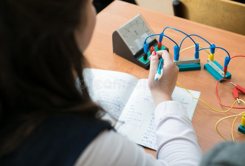 Школьница на уроке физики стоковые изображения rf