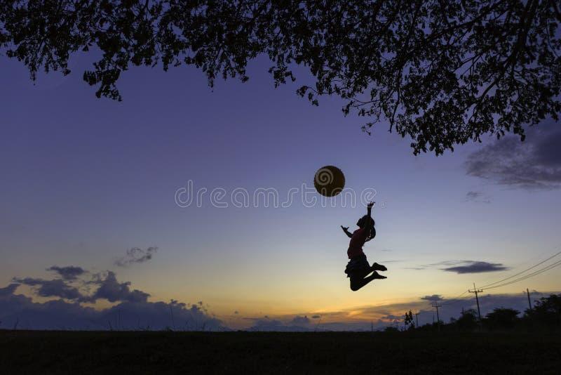 Школьница скача с большим шариком стоковое фото rf