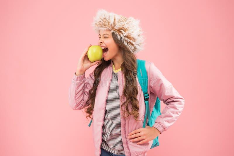 Школьница счастливая повседневная жизнь Питание натуральной пищи Время обеда Зимний семестр Teen with backpack (Подложка с рюкзак стоковое изображение