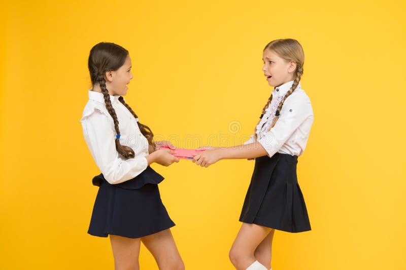 Школьницы воюют для книги Защитите свойство Жадные друзья Жадные конкуренты Ревнивый друг r стоковые изображения