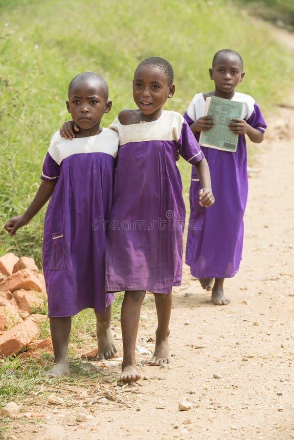 Школьницы в barfoot Африки с школьной формой стоковые изображения rf