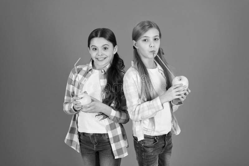 Школьницы едят плод яблока Школьный обед Питание плода витамина для детей o Распределять свободный стоковое изображение rf