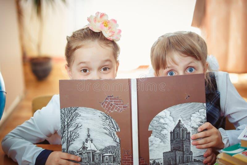 2 школьницы с книгой стоковые фото