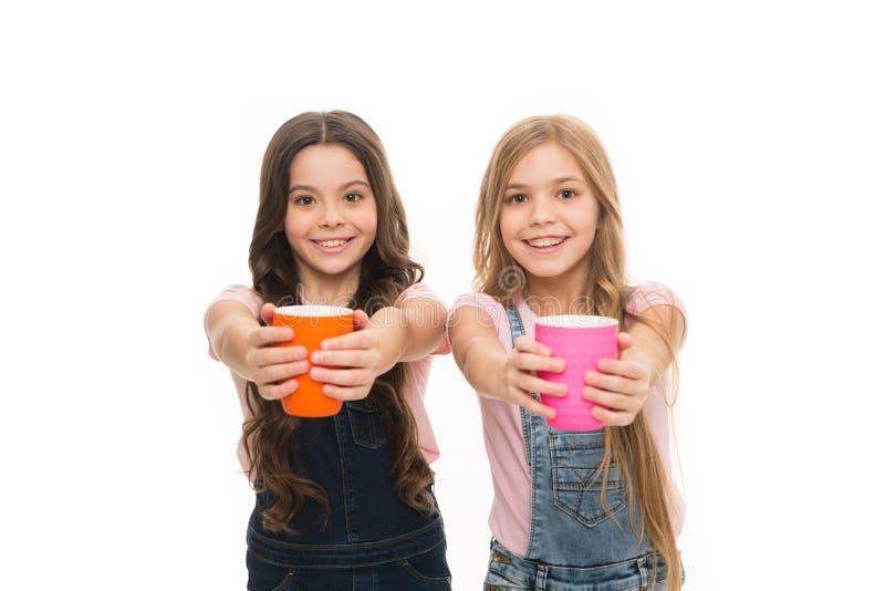 Школьницы с кружками имея перерыв на чай Ослабьте и перезарядите Концепция водного баланса Наслаждающся чаем совместно Сестры или стоковые фотографии rf