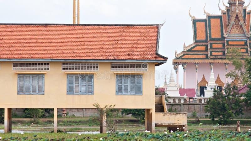 Школьное здание и висок в Камбодже стоковая фотография rf