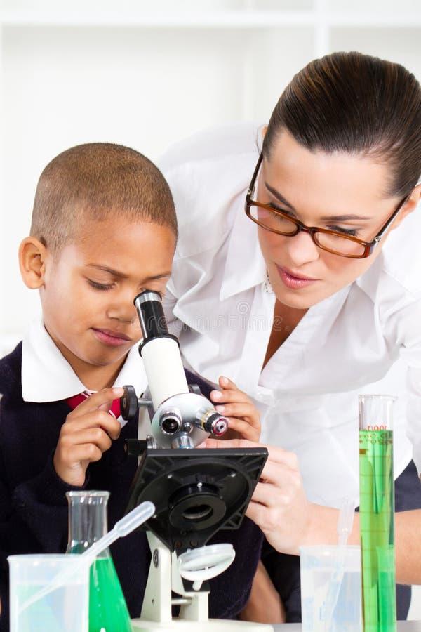 школьный учитель мальчика помогая стоковая фотография rf