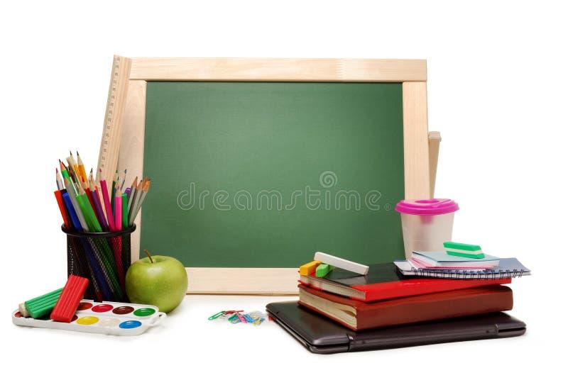 Школа или канцелярские товары с красками акварели доски, покрашенными карандашами и отметками, изолированными на белой предпосылк стоковые изображения