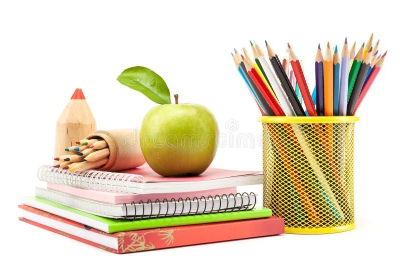 Школа и канцелярские товары на белой предпосылке, назад к школе стоковое фото