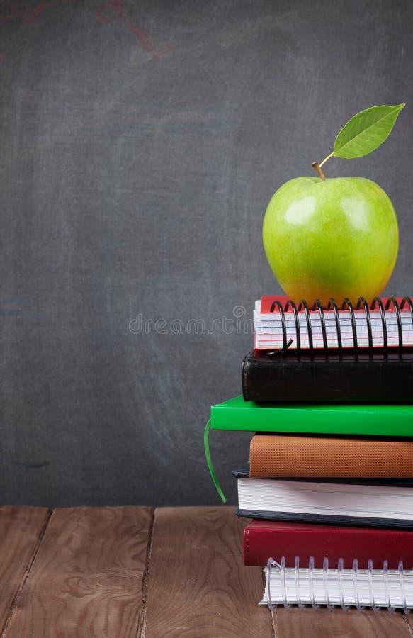 Школа и канцелярские товары на таблице класса стоковая фотография