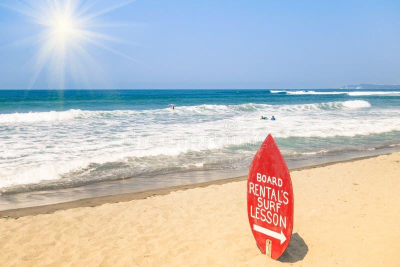 Школа серфинга на тропическом пляже стоковые изображения rf