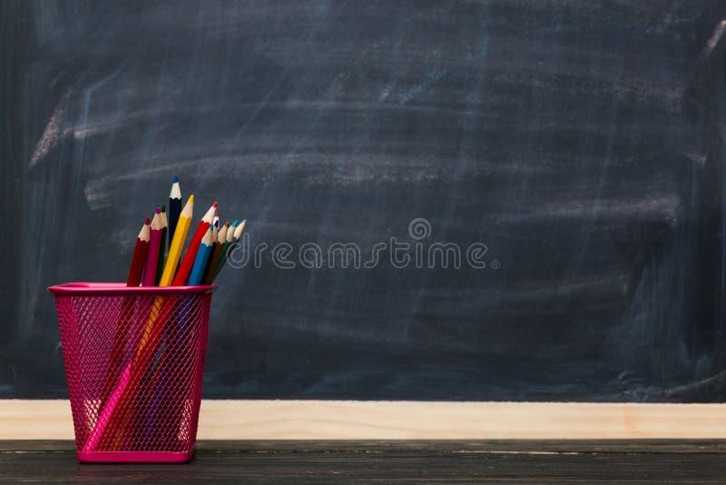 школа copyspace принципиальной схемы черных книг предпосылки Карандаши с доской как предпосылка стоковое фото