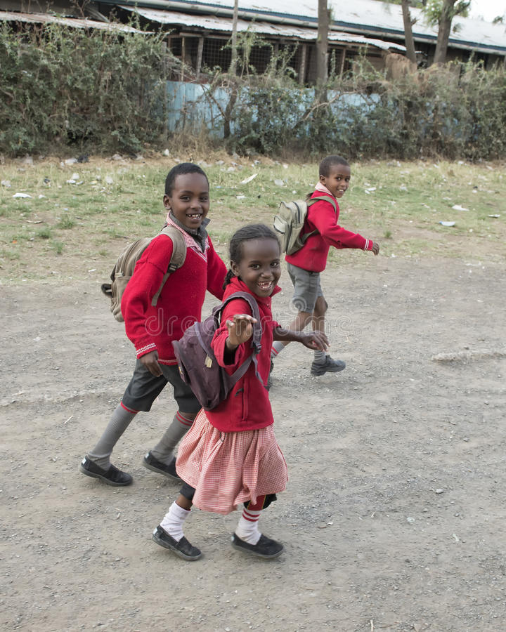 Школьники в трущобе Mukuru стоковое фото