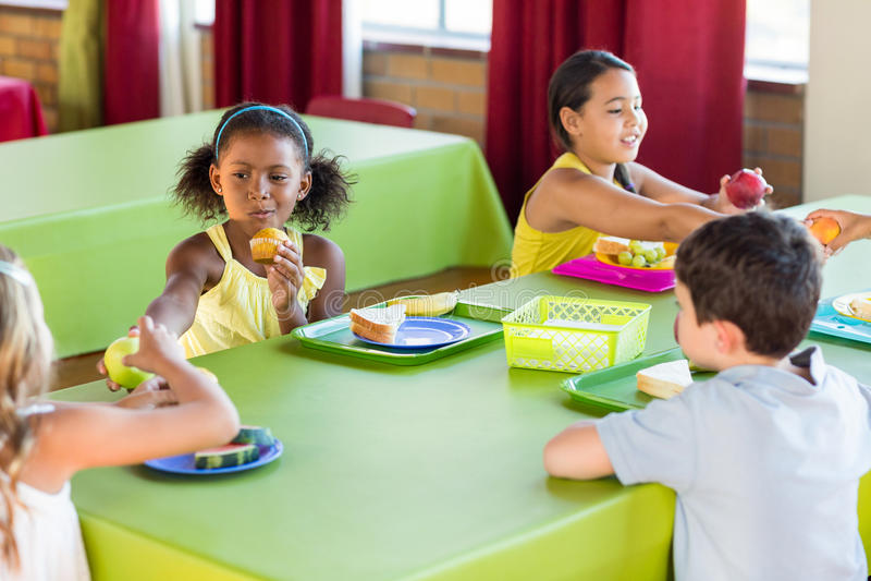 Школьники имея завтрак стоковая фотография