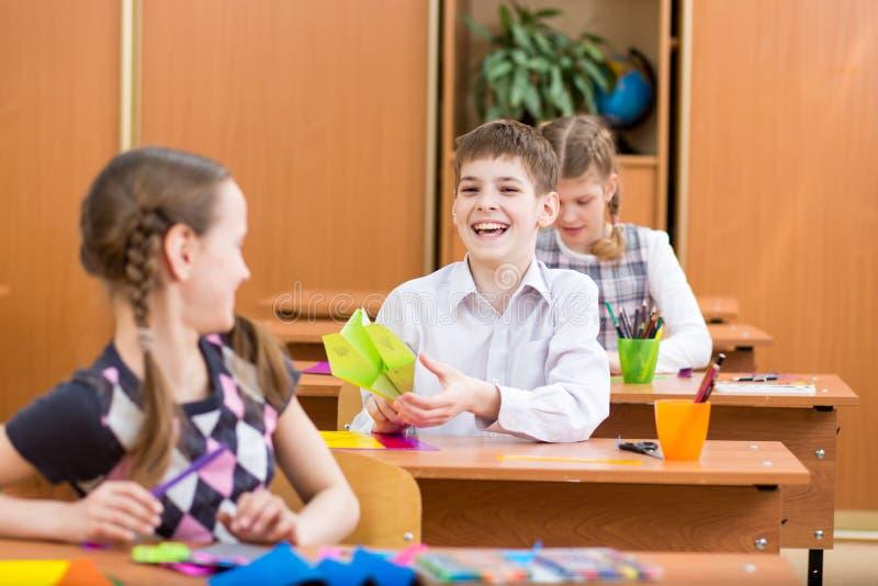 Школьники или зрачки на уроке стоковая фотография