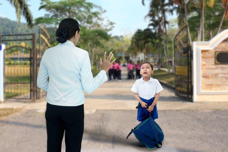 Школьник который плача стоковое изображение