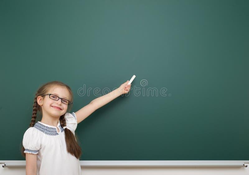 Школьница около школьного правления стоковое изображение