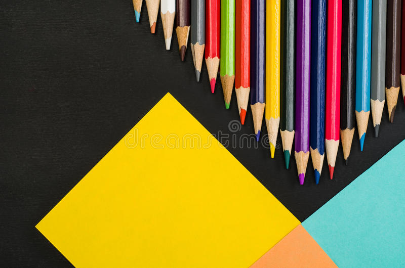 Школьные принадлежности граничат на черной предпосылке доски Фотоснимок взгляд сверху стоковые фотографии rf