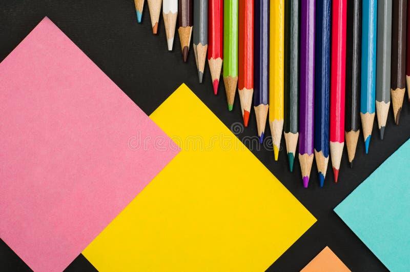 Школьные принадлежности граничат на черной предпосылке доски Фотоснимок взгляд сверху стоковые изображения rf