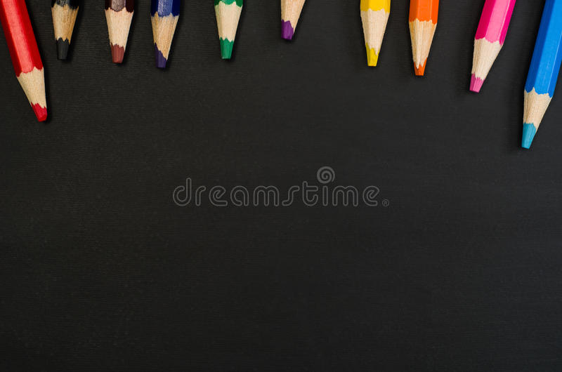 Школьные принадлежности граничат на черной предпосылке доски Фотоснимок взгляд сверху стоковая фотография rf