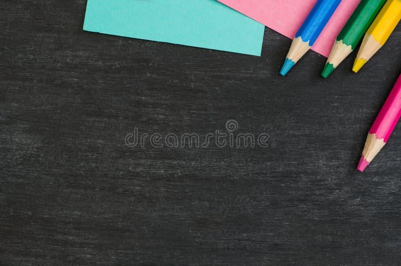 Школьные принадлежности граничат на черной предпосылке доски Фотоснимок взгляд сверху стоковое изображение rf