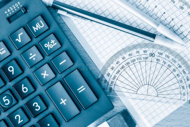 Школьные принадлежности математика и наука тонизированные в сини стоковая фотография rf
