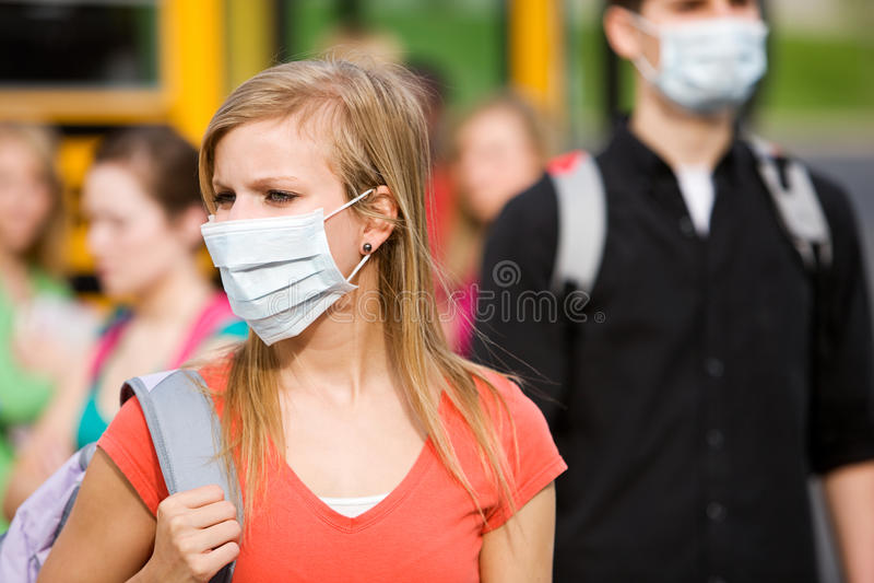 Школьный автобус: Маски носки студентов для того чтобы остановить грипп стоковая фотография