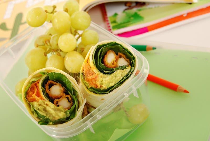 Школьный обед: сандвич обруча цыпленка в пластичной коробке на столе школы стоковые фотографии rf
