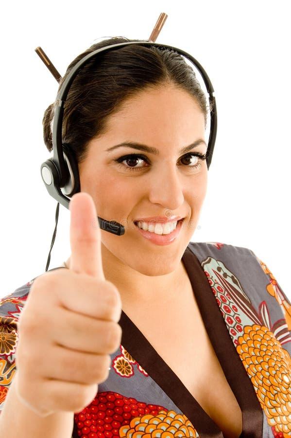шлемофон показывая большие пальцы руки вверх нося женщину стоковое изображение