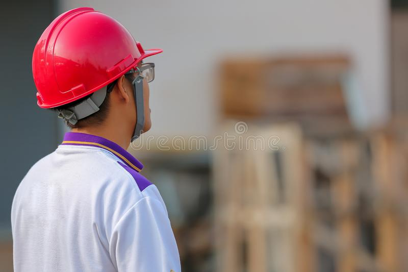 шлемы работников на на открытом воздухе, взгляд от задней части стоковое изображение