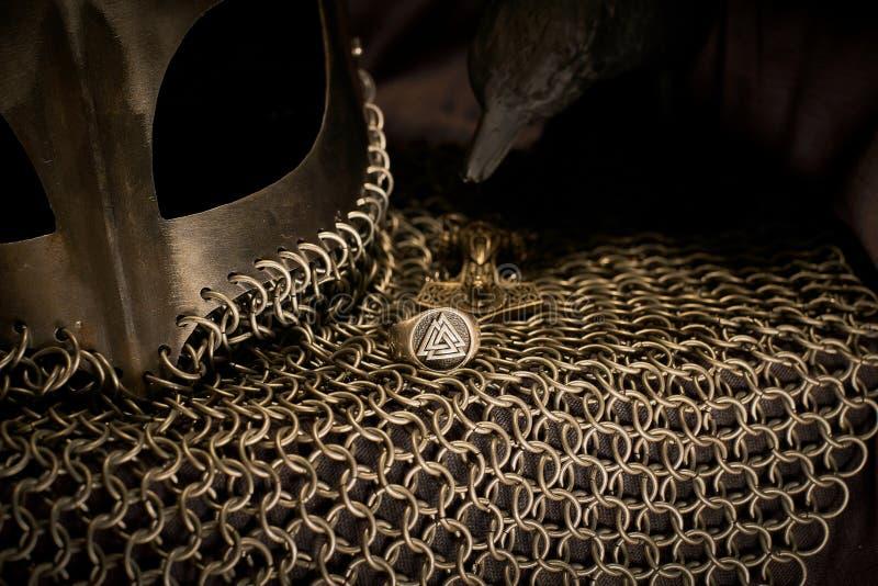 Шлем Викинга и ворон, золото стоковые изображения