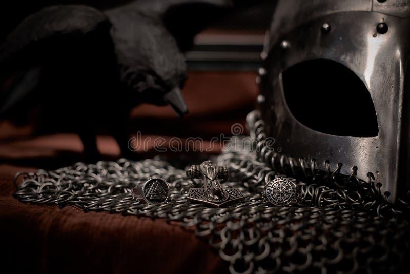 Шлем Викинга и кольцо Valknut, сталь стоковые изображения rf