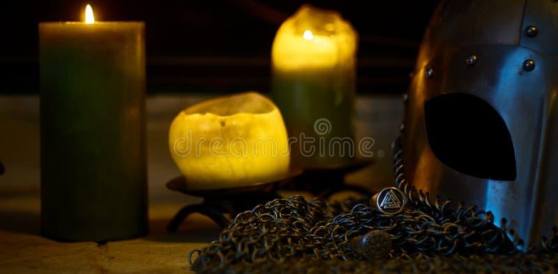 Шлем Викинга и свечи, золото стоковые фото