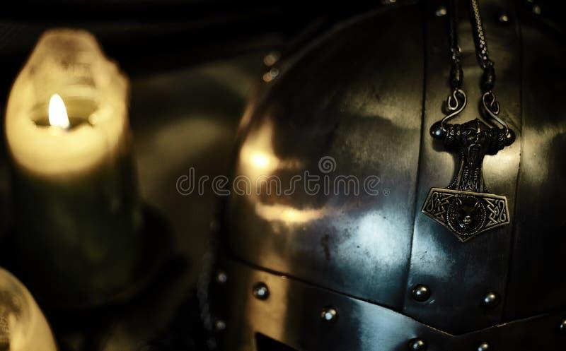Шлем Викинга и ` s Тора бьют молотком, сталь стоковое изображение